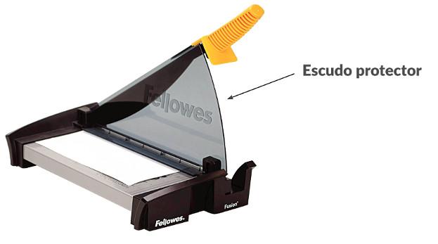Escudo protector en una guillotina de papel