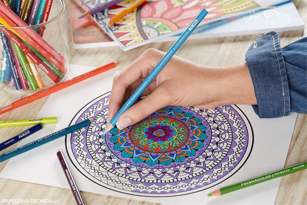 Artista coloreando mandala con Lápices Prismacolor
