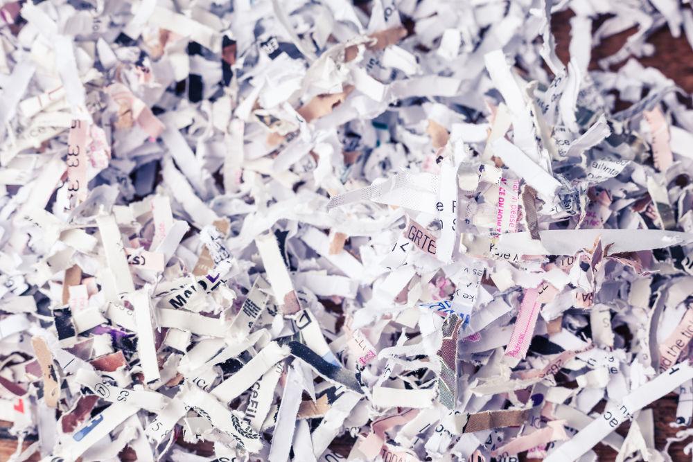 Pila de documentos triturados por destructora de papel