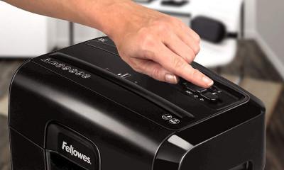 ¿Cómo eliminar un atasco en una destructora de papel?